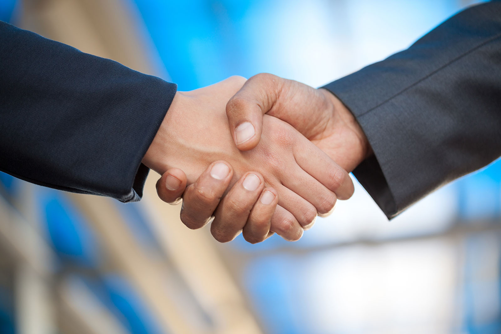 hand business men and women who shaking hands